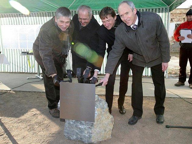 V ulici Božetěchova dnes vedení VUT poklepalo základní kámen stavby.