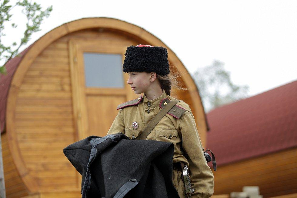 Nadšenci kolem spolku Acaballado si letos připomínají výročí konce Druhé světové války jízdou na koních v uniformách tehdejší armády Sovětského svazu.