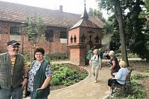 Lidé relaxují v nově otevřené zahradě v Ivančicích