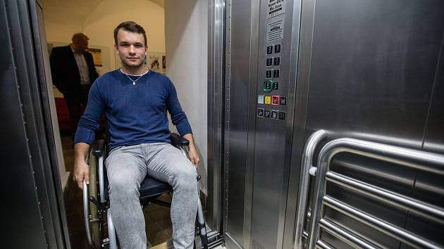 Vozíčkářům cestování komplikuje řada překážek. Dostupnost vlaků jím má ulehčit stavba nových výtahů. Plánuje je Správa železniční dopravní cesty.