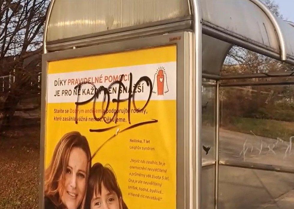 Dva kamarádi pomalovali fixem dvě autobusové zastávky a jeden kontejner v brněnských Bohunicích.