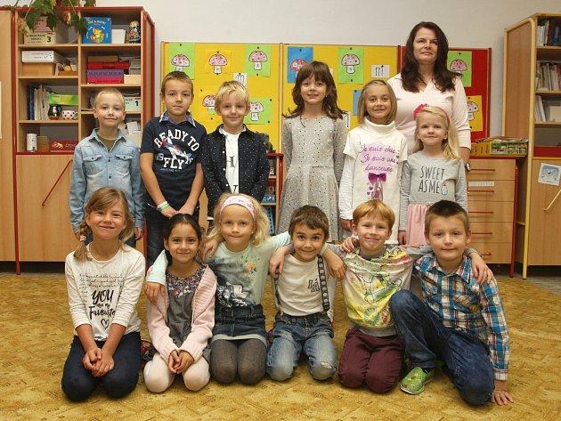 Žáci 1.Aze ZŠ vIvančicích-Němčicích spaní učitelkou Renatou Jalovou.