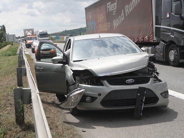 Nehoda zkomplikovala provoz na dálnici D2 u sjezdu na Židlochovice.