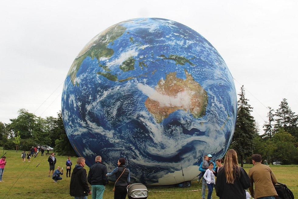 Obří nafukovací model Země, takzvanou terralónu, si užívali Brňané v sobotu v podvečer v parku na Kraví hoře.