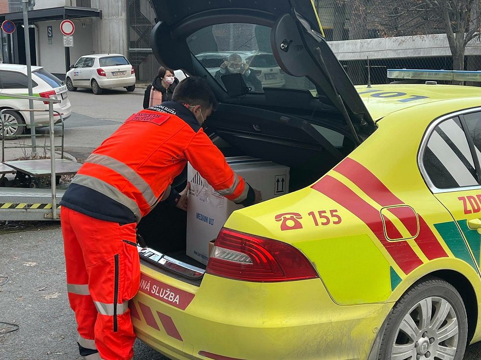 Skoro pět tisíc vakcín proti koronaviru v sobotu přivezli do fakultní nemocnice v brněnských Bohunicích.