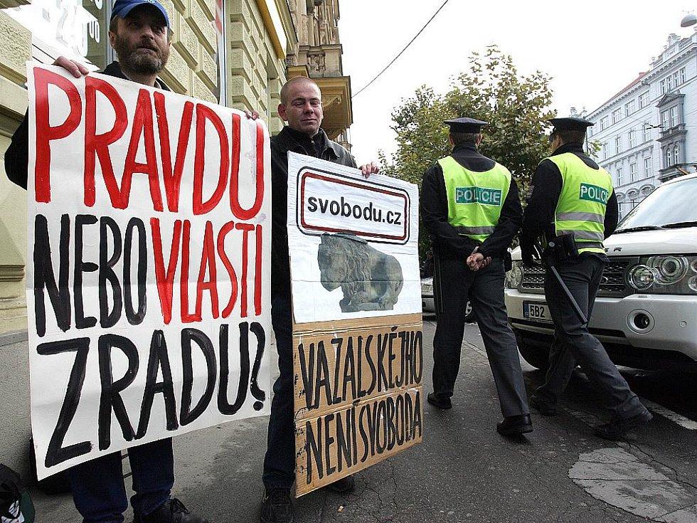Několik demonstrantů se sešlo před Ústavním soudem v Brně.