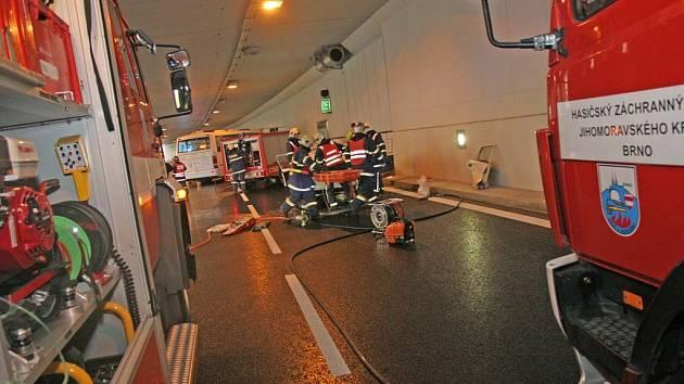 Záchranáři nacvičovali zásah při nehodě v tunelu pod křižovatkou Hlinky.