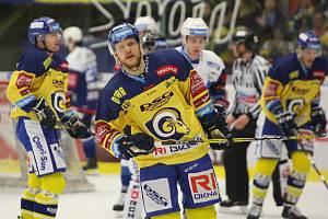 Extraligoví hokejisté Berani Zlín (ve žlutém) v 52. kole v pátek domavyzvali mistrovskou Kometu Brno. Na snímku Freibergs