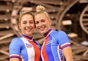 Dvojčata Sára (vpravo) a Ema Kaňkovské, dráhové cyklistky Dukly Brno.