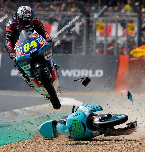 Neuvěřitelný kaskadérský kousek předvedl jihomoravský motocyklový jezdec Jakub Kornfeil. Extrémně náročný skok přes padajícího soupeře ustál, pokračoval dál v závodě a nakonec si vyjel velmi dobré umístění.