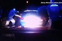 Auto v Žebětíně ujíždělo strážníkům.