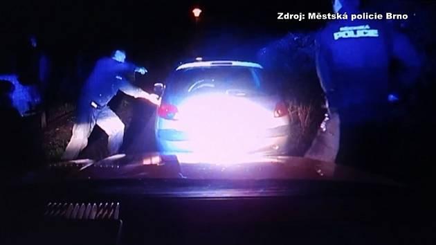 Auto v Žebětíně ujíždělo policii. Řidič vystoupil až po namíření služební zbraně