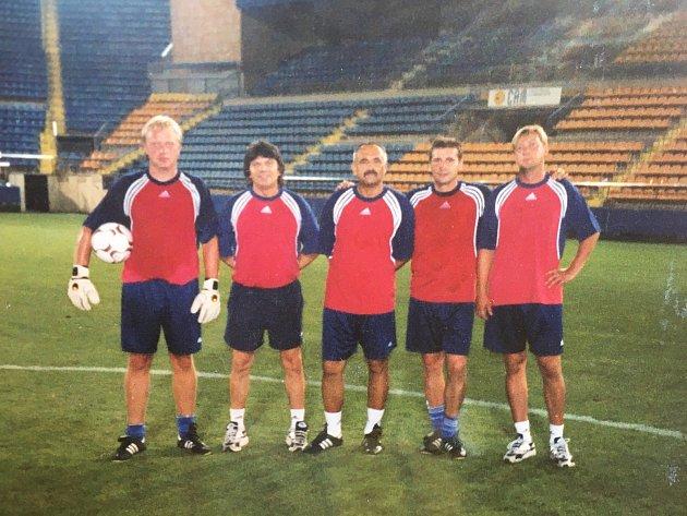Zleva: Rostislav Horáček, Lubomír Maršálek, Karel Večeřa, Bohumil Smrček, Jiří Stejskal, stadion Villarreal CF, Intertoto Cup 2003.