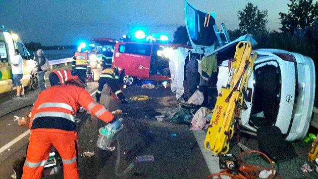 Při vážné nehodě u Pasohlávek zemřela žena a zranilo se dalších devět lidí včetně čtyř dětí.