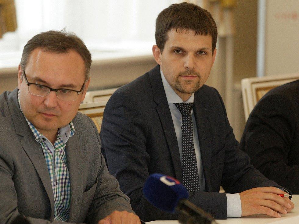 Vlevo Marek Janíček (ANO) a vedle něj lidovec Petr Hladík..