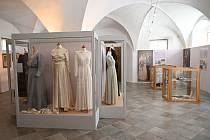 Muzeum v Ivančicích připravilo výstavu Vítej, nevěsto milá… Svatební šaty města i venkova, která nabízí průřez módou svatebních šatů.