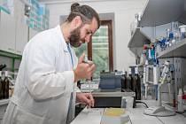 Vědec z Mendelovy univerzity Lukáš Nejdl při práci.