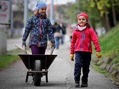 S pytli v rukou vyráží v sobotu ráno do ulic několik stovek lidí po celém Brně. Jejich cílem je vyčistit okolí svých domovů od odpadků. Podpořit akci Ukliďme Česko se rozhodla taky zhruba padesátka obyvatel Masarykovy čtvrti.