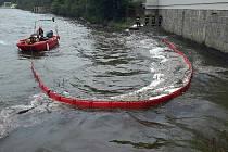 Na hladině Brněnské přehrady hasiči ze stanice Přehrada a Líšeň v sobotu dopoledne likvidovali uniklý olej.