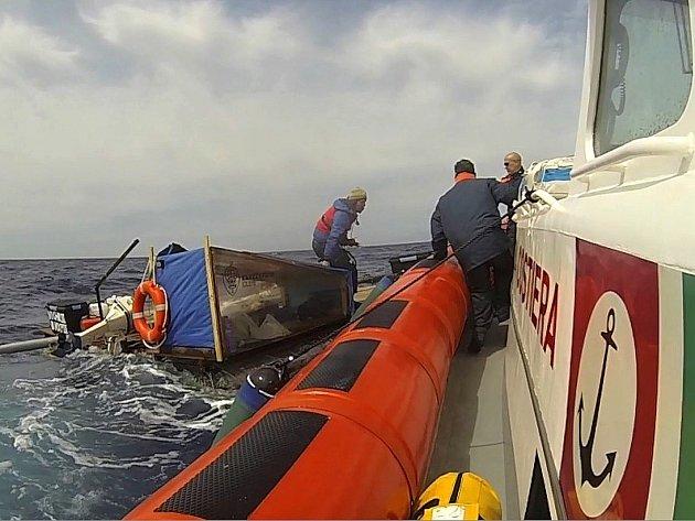 Dobrodruzi z Brna, kteří chtěli přeplout Středozemní moře na lodi z PET lahví, prohráli souboj s rozbouřeným mořem.