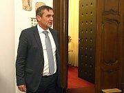 Roman Onderka předal Petru Vokřálovi primátorskou kancelář.