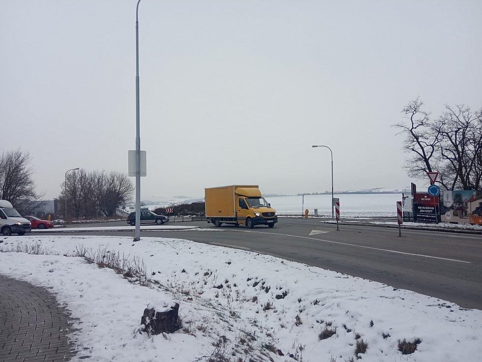 Provoz na křižovatce Hviezdoslavovy a Bedřichovické ulice ve Slatině.