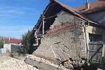 Stabilizace poškozené zdi rodinného domu v Moutnicích na Brněnsku trvala hasičům v pondělí víc než 4 hodiny.