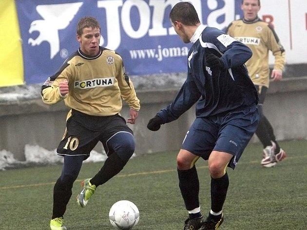 V posledním ročníku zimní Tipsport ligy si Zbrojovka (vlevo Daniel Přerovský) zahrála i proti slovenské Dubnici.