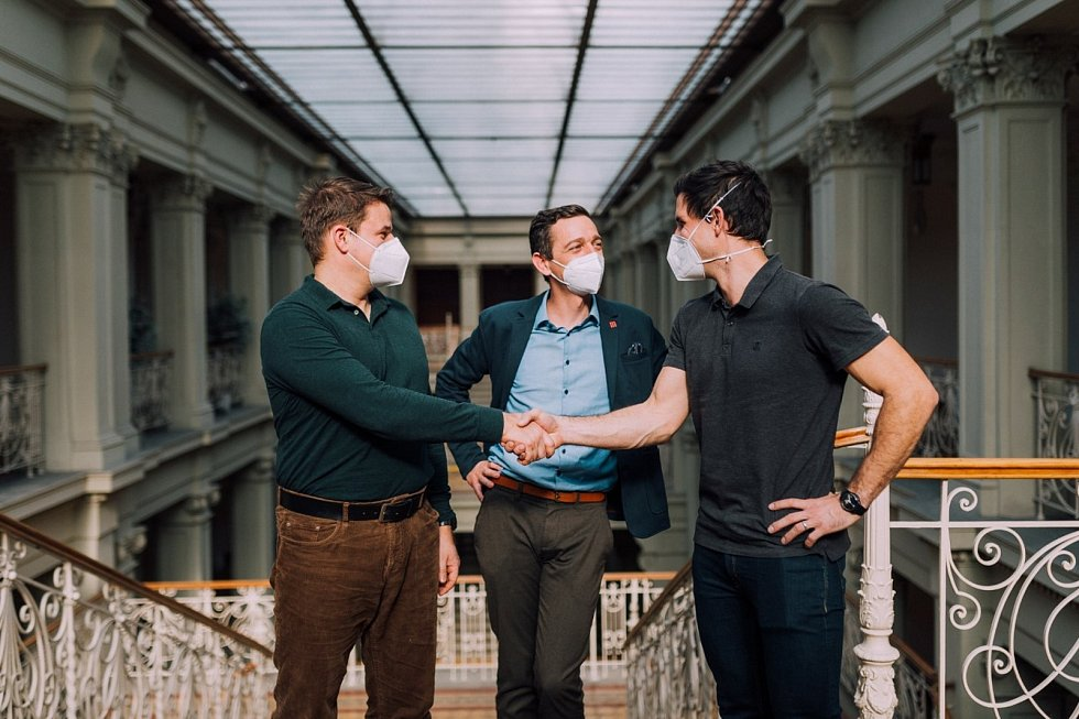 Nový krajský koordinátor očkování Jindřich Weiss (vpravo) nahradil odcházejícího Lukáše Homolu (vlevo).