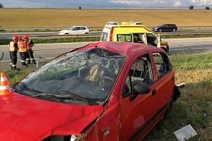 Dopravu na 171. kilometru dálnice D1 v pátek odpoledne zkomplikovala nehoda osobního auta. Na místo letěl vrtulník, lékařka se postarala o zraněné dítě a jeho matku.
