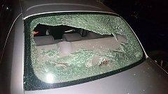 Rozbitá skla a děravé pneumatiky našla na svých autech v posledních dnech asi dvacítka řidičů, kteří měli svá auta zaparkovaná v ulicích Ponávka a Drobného v Brně. Vždy v noci je poškodil zatím neznámý vandal.