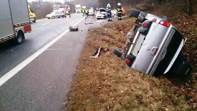 Nehoda čtyř osobních aut zastavila ve čtvrtek odpoledne dopravu na frekventované silnici 43 z Brna na Svitavy. Auta se srazila na křižovatce, ze které se odbočuje do Kuřimi. Po nehodě skončilo šest lidí v nemocnici.