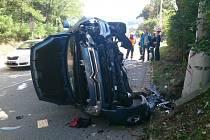 Citroen naboural sloup veřejného osvětlení v Brně-Řečkovicích. Auto skončilo na boku.