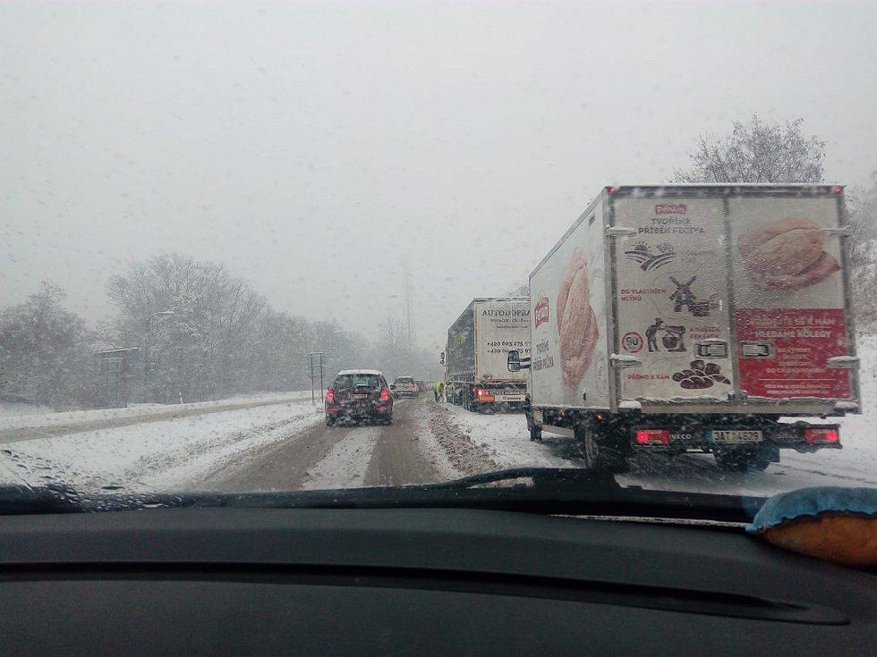 Jihomoravské silnice zasypal sníh. Situace do Rosic na Popuvky/najezd na dalnici