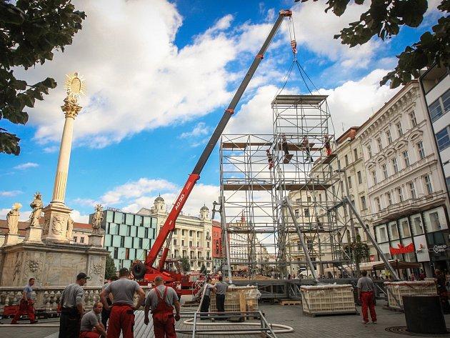Na náměstí roste třináctimetrová věž pro hasičské mistrovství.