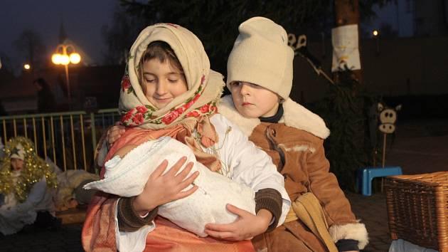 ŽIVÁ HISTORIE. Vedle jesliček a betlémů z nejrůznějších materiálů patří k oblíbeným ztvárněním narození Ježíše Krista také živý betlém. Včera se s jedním představil dramatický kroužek centra volného času Cvoček v brněnském Žebětíně.