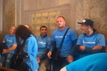 Hrstka pravicových aktivistů v modrých tričkách s nápisem Slušní lidé přišla na zasedání brněnského zastupitelstva.