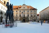 Auto z Moravského náměstí v Brně už na příkaz památkářů odstranili.