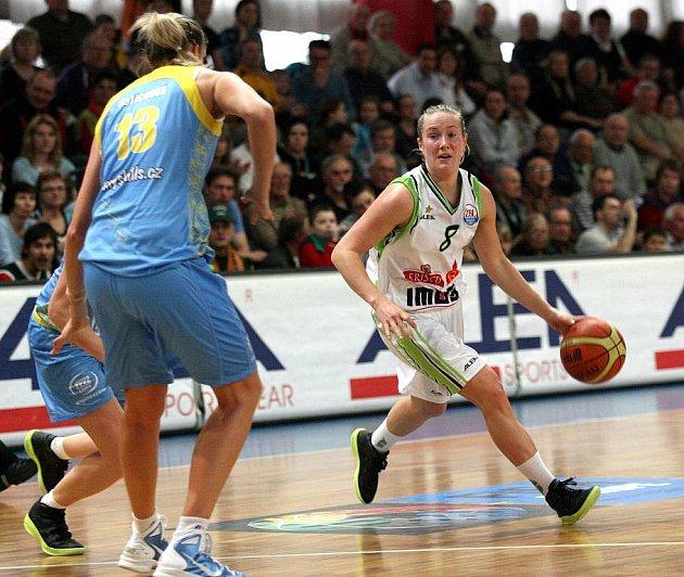 Basketbalistka Frisca Eldebrinková (s míčem).