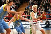 Rozehrávačka Frisca Jelena Škerovičová (s míčem).