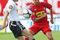 Fotbalisté 1. FC Brno (vpravo Martin Živný) chtějí odčinit blamáž se Žižkovem.