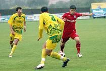Brněnští fotbalisté (vpravo Milan Pacanda) měli na těžkém terénu s Mutěnicemi problémy.