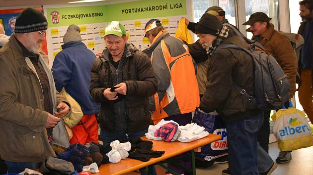 Fotbalová Zbrojovka pomáhala lidem v nouzi.