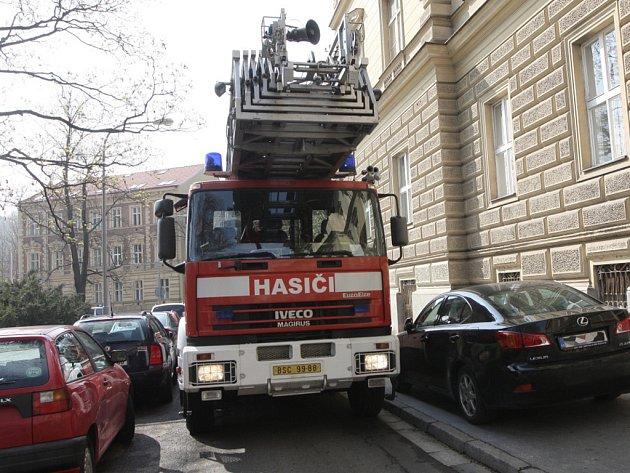 Hasiči mají při průjezdu městem často problémy se zaparkovanými auty.