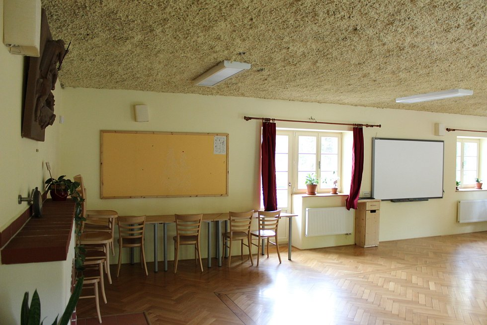 Takzvaná krbovna, tedy menší přednášková místnost, kterou je možné vytápět i krbem.