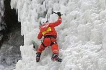 Výcvik hasičů-lezců na umělé ledové stěně.