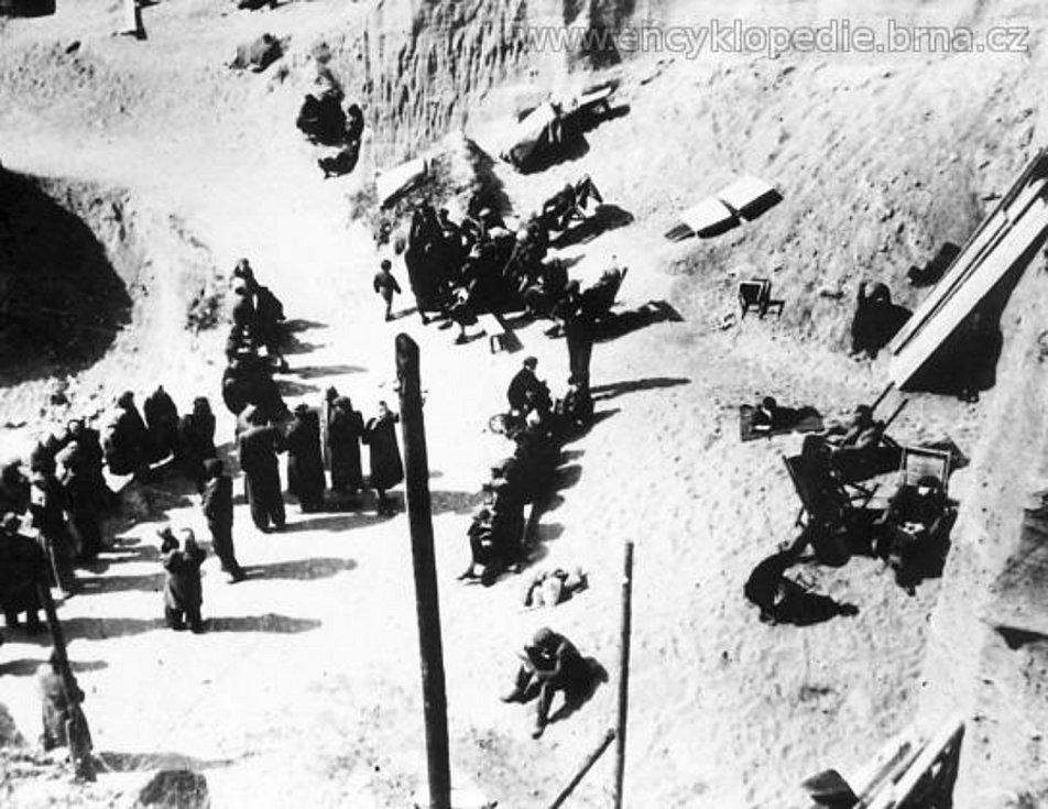 V židenickém písečníku za bojů o Brno (duben 1945). Foto Otakar Rybák.