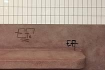 Na stěnu nedávno znovuotevřené, opravené zastávky na Obilním trhu někdo nakreslil nápisy.