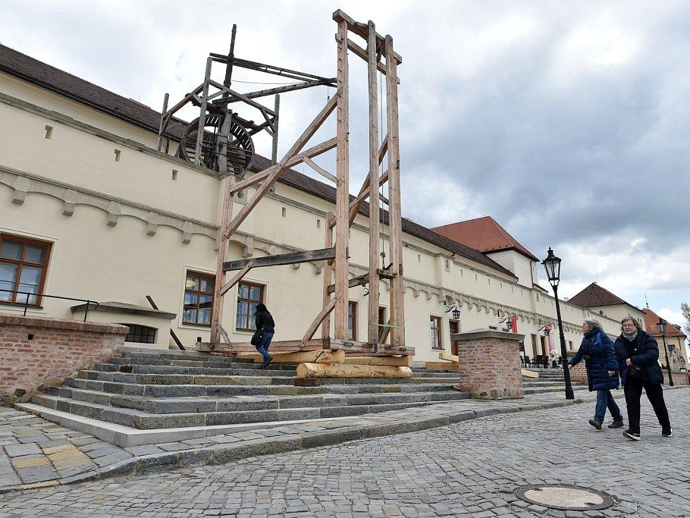 Při stavbě beranidla na brněnském Špilberku použili středověký jeřáb.