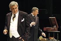 Inscenace Popel a vášeň nabídla zážitek i díky výkonům Martina Huby (vpravo) a Dušana Jamricha.